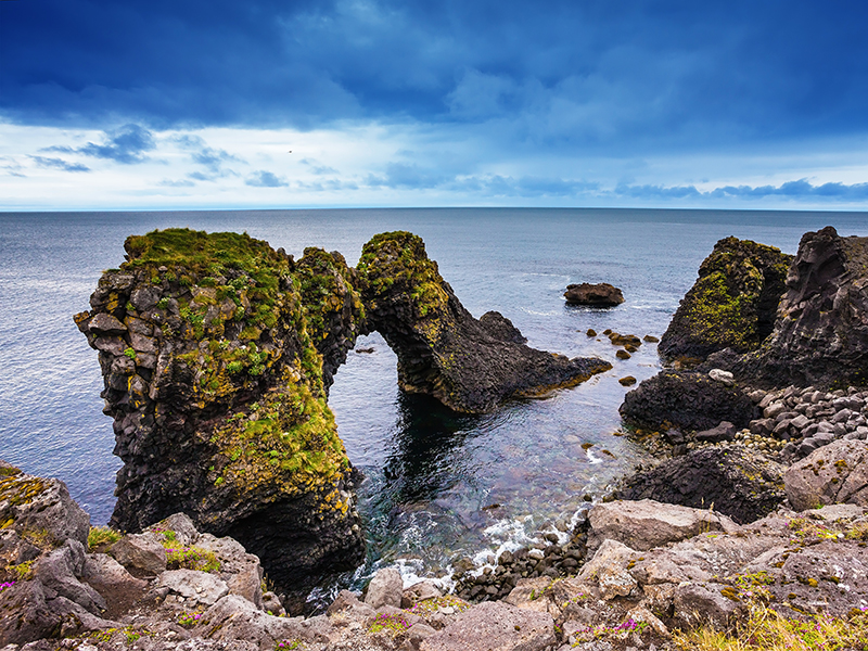 BILFERIE PÅ ISLAND__Sør- Vest- og høylandet på Island_Opplev den flotte Arnarstapi bå bilferie på Island © Din Islandsreise
