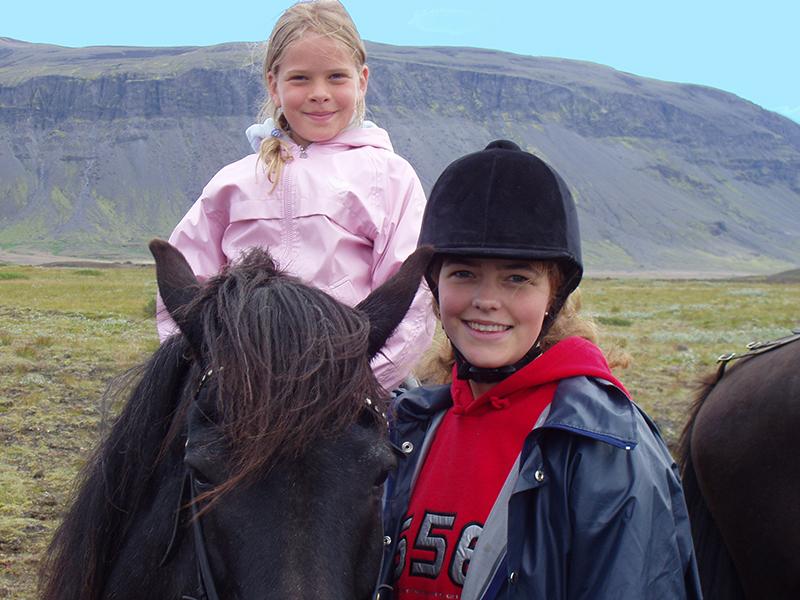 FAMILIEFERIE PÅ ISLAND_Sommerferie på Island_Ri Islandshest på sommerferien på Island © Din Islandsreise