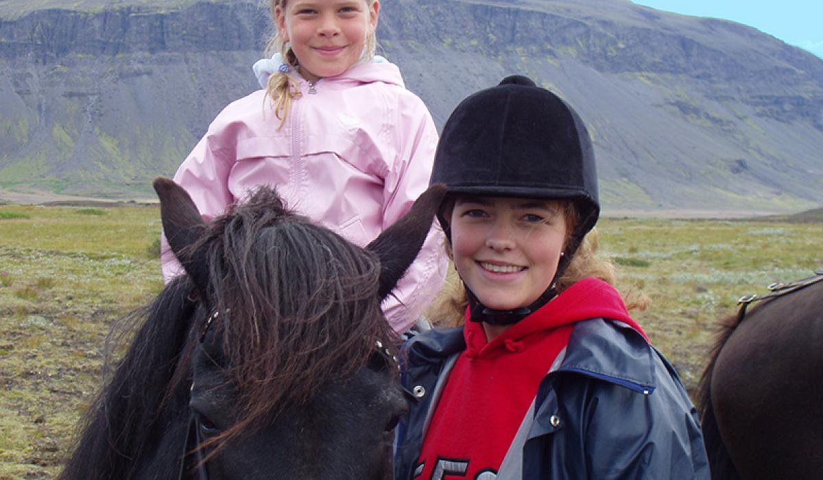 TILBUD PÅ REISER TIL ISLAND_Sommerferie på Island med barn_Ri Islandshest på sommerferien på Island © Din Islandsreise © Din Islandsreise