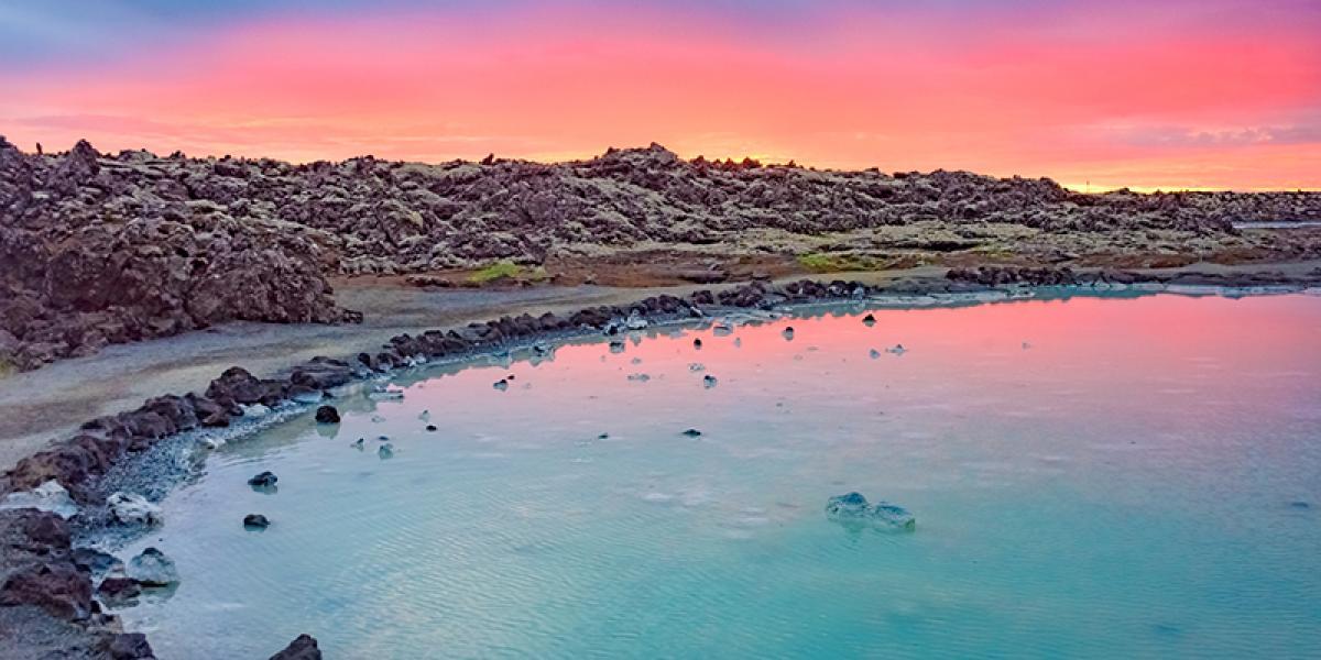 FAMILIEFERIE PÅ ISLAND_Weekend med barn i Reykjavik_Vakker solnedgang i Den Blå Lagune © Din Islandsreise