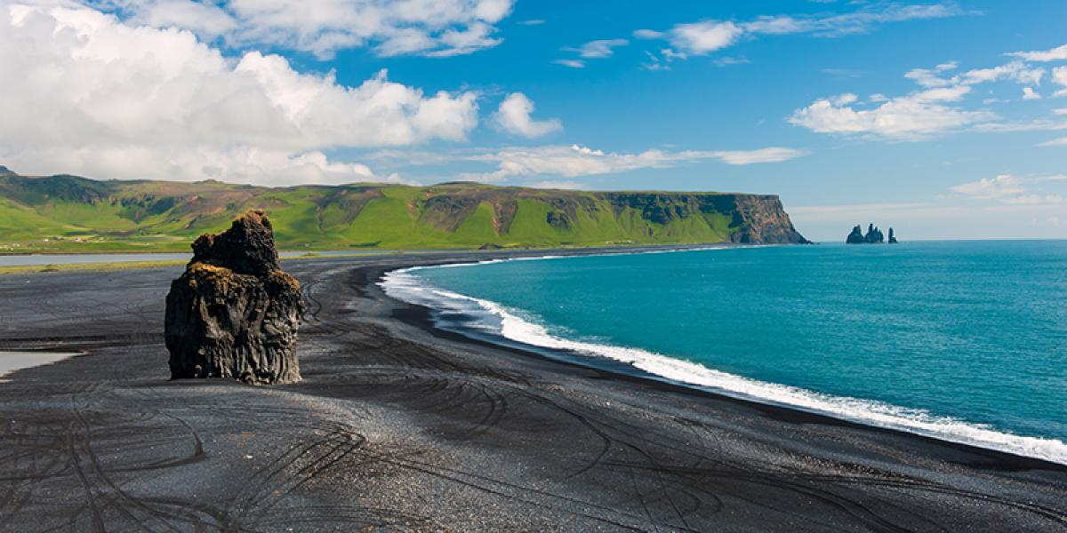 GUIDEDE TURER PÅ ISLAND_Dagsturer fra Reykjavik_Isfjell på isbrelagunen Breidarmerkurlon © Din Islandsreise
