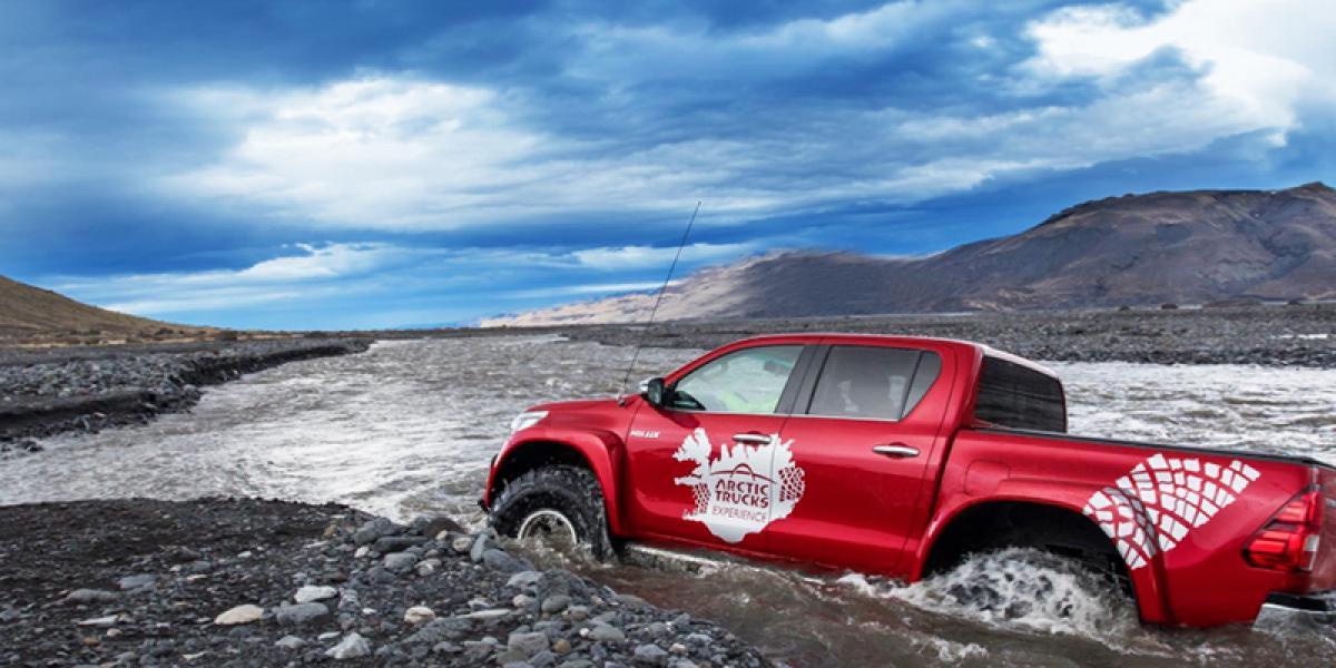 SUPER JEEP TURER PÅ ISLAND_Kjør Selv Super Jeep på Island_Hengill_Super Jeep kjøring over elver på Island over elver © Din Islandsreise